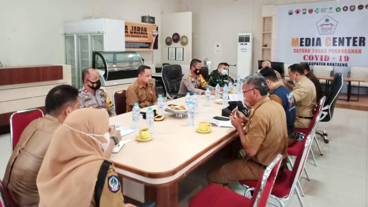 Wakil Bupati Bantaeng Drs. H. Sahabuddin Pimpin Rapat Koordinasi Penanganan Covid-19 Tingkat Kabupaten. (AKSARA/Foto: Muhammad Ramli)